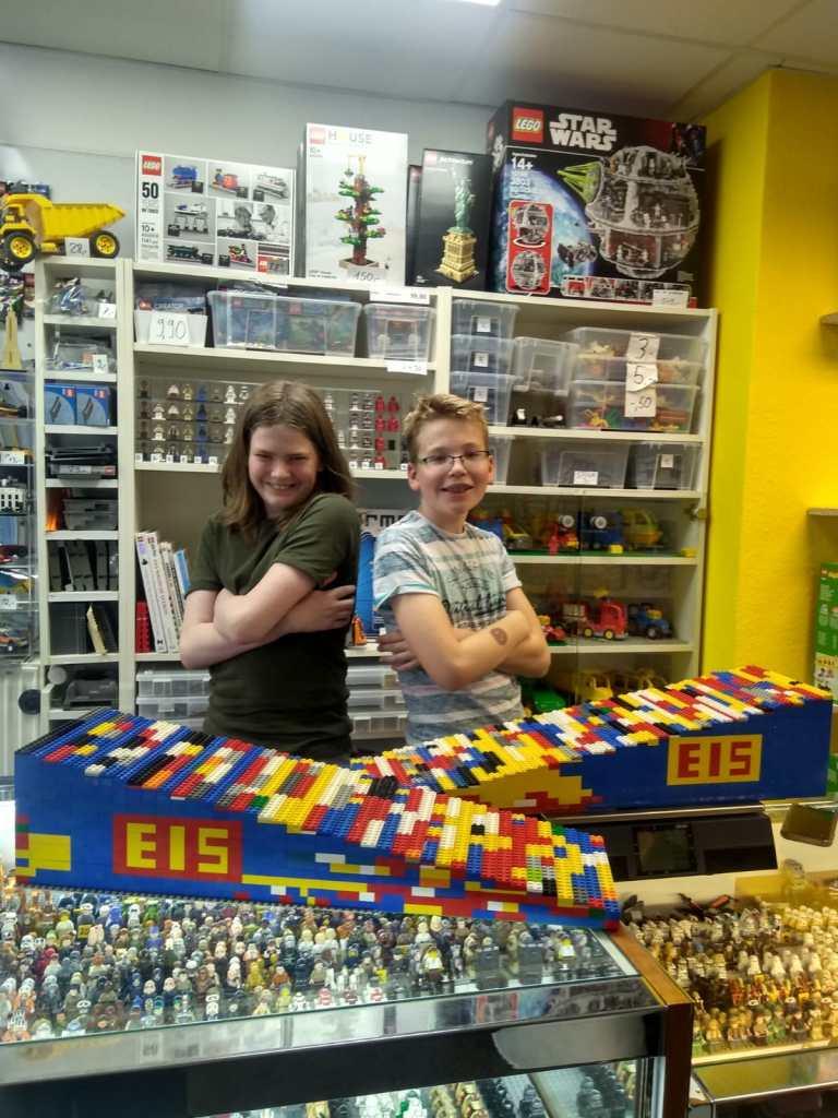 Simon und Jevrem im Lego Laden (c) I. Letzig-Michalski