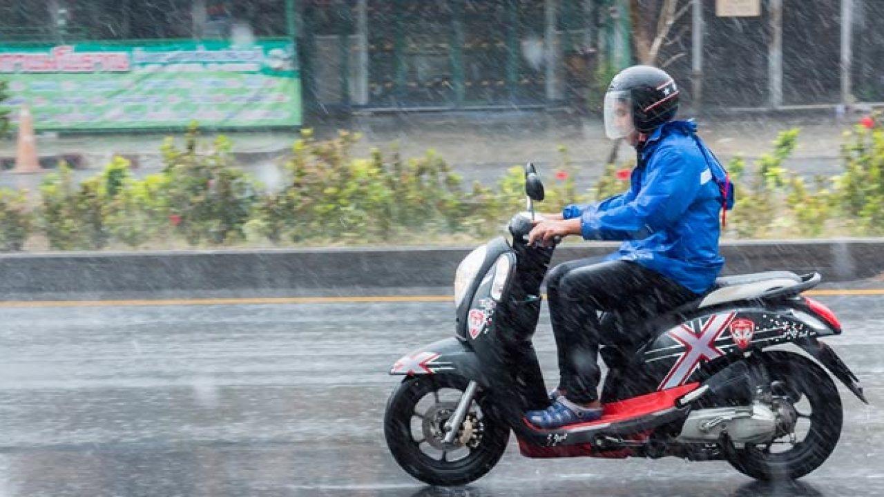 perlengkapan musim hujan yang wajib dibawa bikers