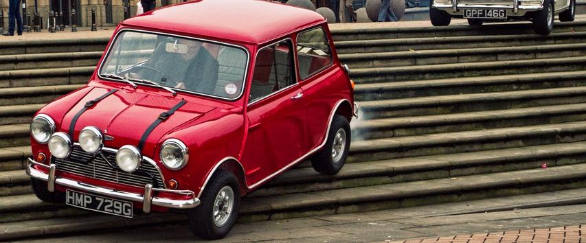 Austin Mini Cooper, carro do filme Um Golpe à Italiana - Bem Auto Oficina mecânica especializada no Kobrasol, São José, Florianópolis, Biguaçu, Palhoça - Carros que marcaram a história do cinema