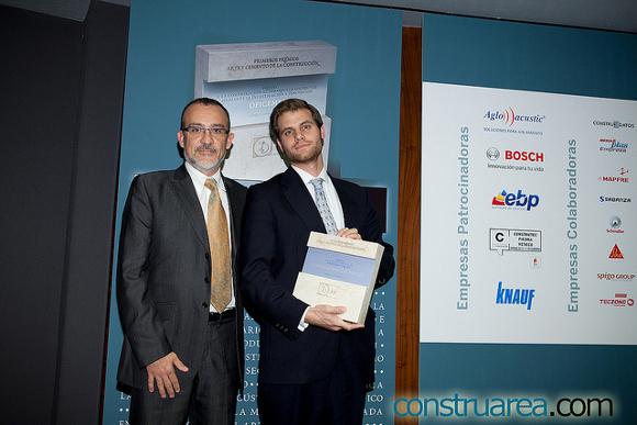 Marcos Carrasquilla recogiendo el premio Arte y Cemento de la Construcción