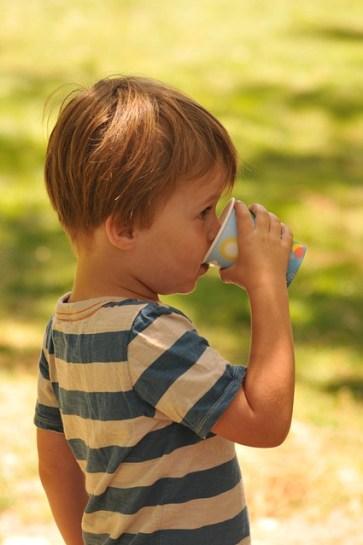 bambino sete bere beve