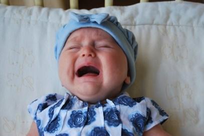 bambina neonata piange