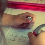 Genitori che fanno fare i compiti ai figli: perché è sbagliato