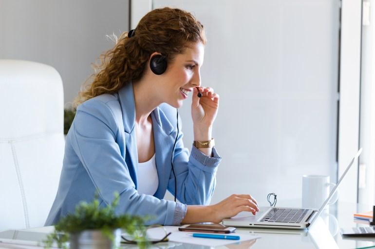 Analista de customer success entrando em contato com clientes detratores.