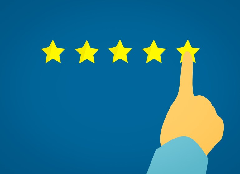 fundo azul com uma mão apontando 5 estrelas em uma pesquisa de satisfação
