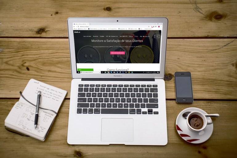 Computador sobre a mesa em tela com a página da binds.co