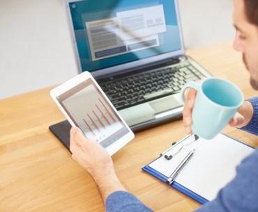 Homem avaliando resultado da pesquisa de satisfação no tablet