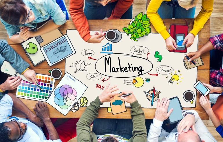 Equipe criando estratégia de marketing