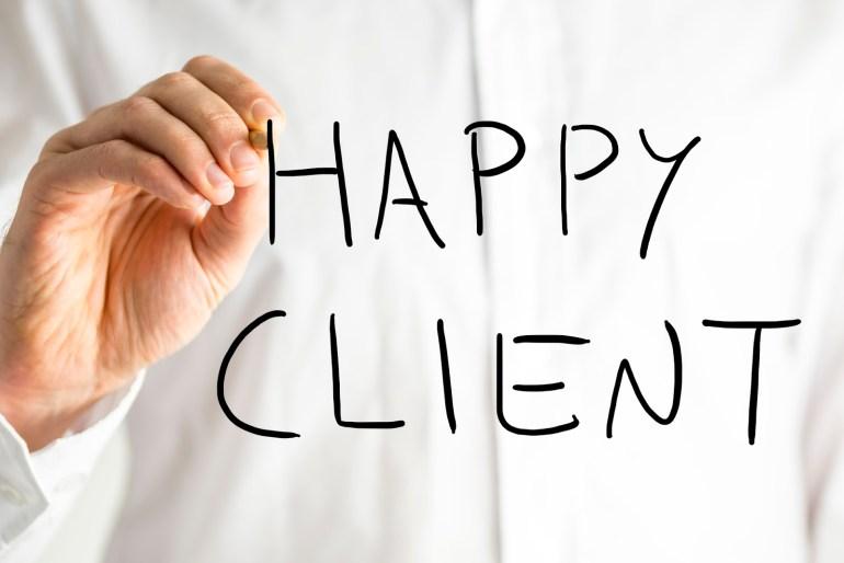 Pessoa escrevendo cliente feliz em inglês