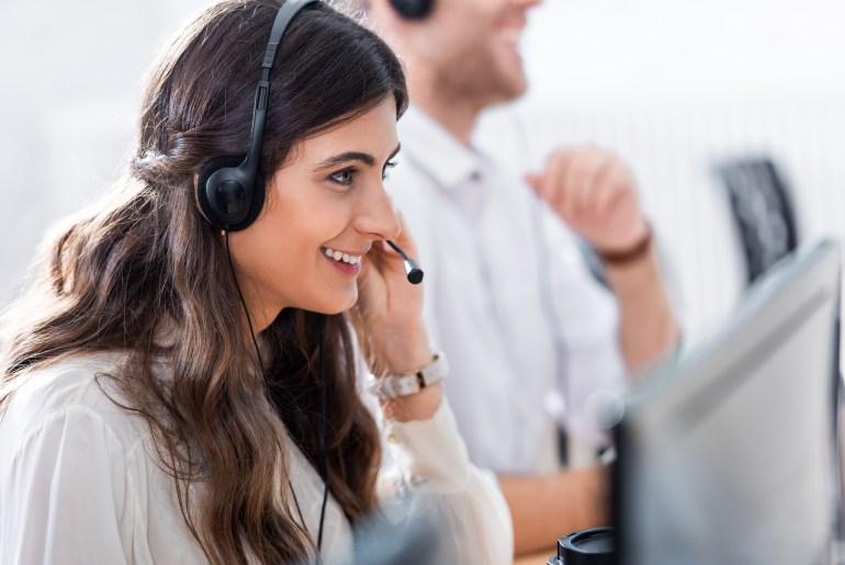Mulher realizando atendimento em call center
