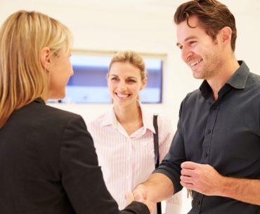 Clientes satisfeitos fechando negócio