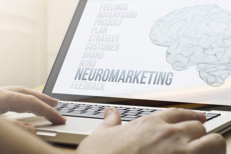 Gestor pesquisando sobre o que é neuromarketing