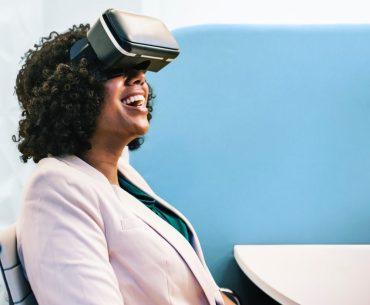 Mulher assistindo vídeo com óculos de realidade virtual