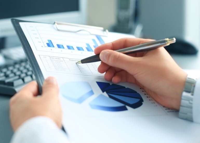 Empresário mensurando resultados de pesquisa de satisfação do cliente