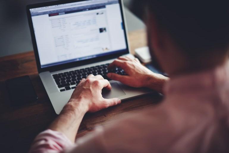 Homem testando pesquisa de satisfação on-line