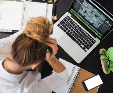 mulher preocupada com o trabalho