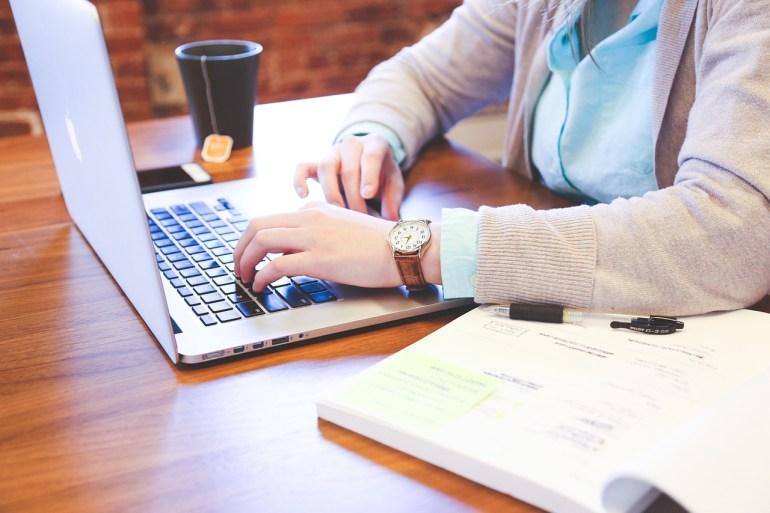 pessoa no computador analisando pesquisa nps