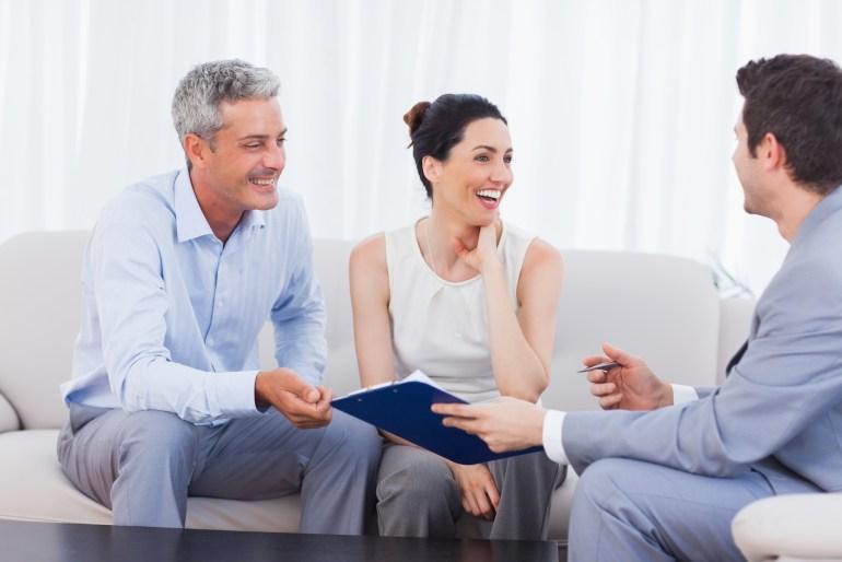 Clientes e colaborador conversando felizes