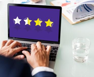 Homem vendo ratings no computador