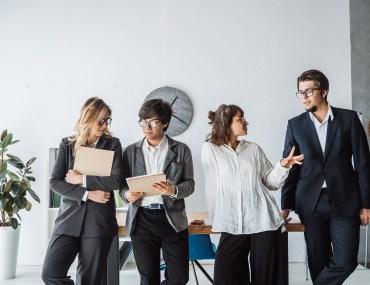 Coordenadores conversando sobre gestão de pessoas