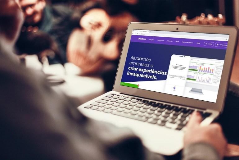 Empresário acessando o site da binds.co