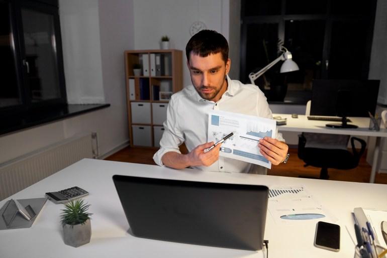 Homem fazendo videochamada pelo notebook
