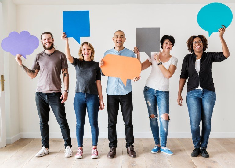 colaboradores-segurando-baloes-ideias