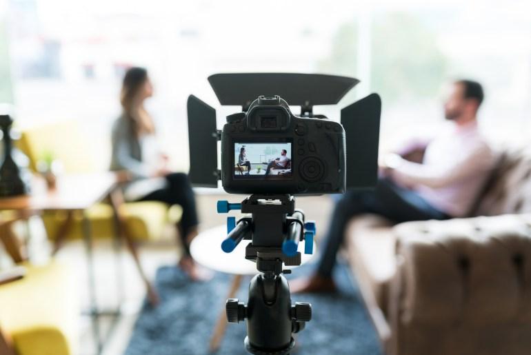 Câmera gravando vídeo de duas pessoas