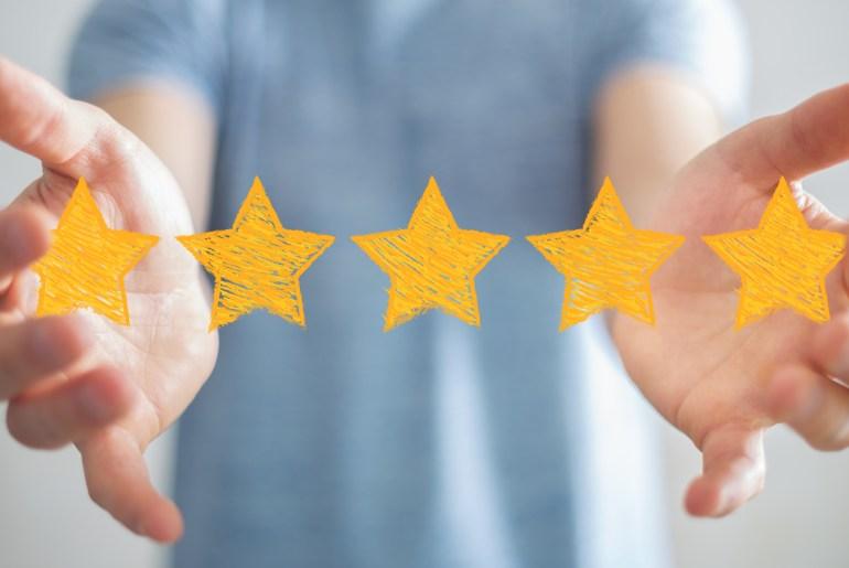 Cliente satisfeito demonstrando avaliação de 5 estrelas.