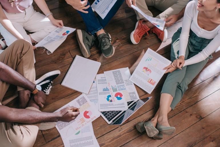 Equipe de trabalho fazendo análise da experiência do cliente através de pesquisa NPS.
