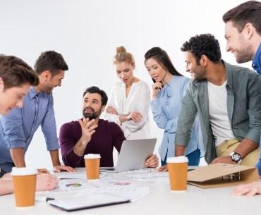 Equipe especialista em Customer Experience discutindo estratégias de relacionamento com o cliente.