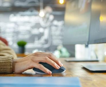 Mulher trabalhando com inbound marketing no computador.