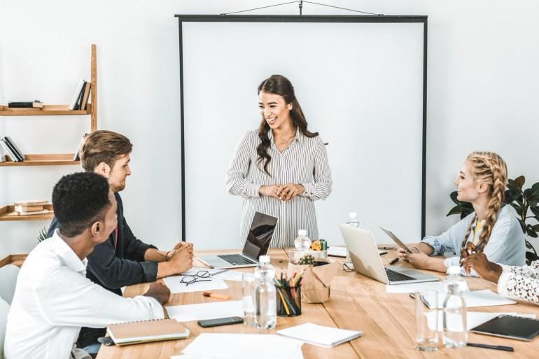 Equipe em reunião discutindo estratégias