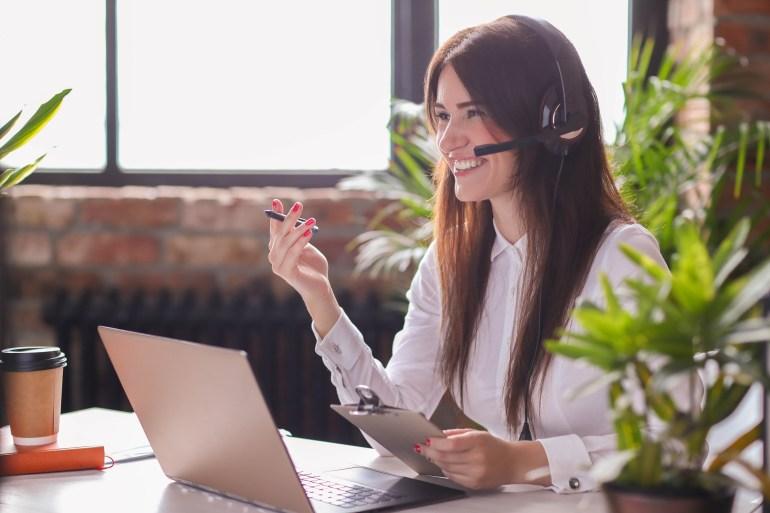 Mulher sorridente usando um computador