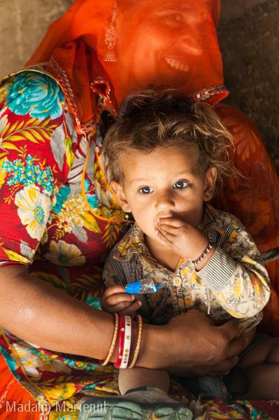 Un moment intim in familie. Familia este una dintre cele mai trainice si respectate institutii in India. Desertul THAR.
