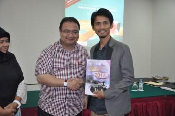 Menerima sijil yang membawa gelaran Dato'.. Yoolah..