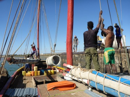 Loading materials onto the Soa Avao! | Photo: Tim Kluckow