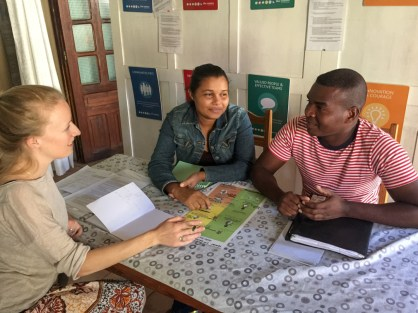 Discussing the Action Plan with the Chef CSB from Tsiandamba and revising the steps to take when a baby is not breathing at birth.