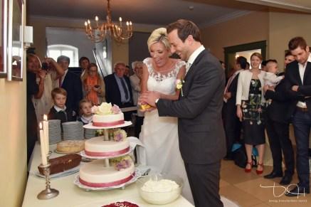 Als Hochzeitsfotograf im Schloss Atzelsberg, Hochzeitstorte, feiern im Barocksaal