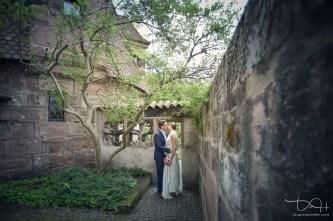 Hochzeits Fotograf Nuernberg macht romantische Brautbilder im Burggarten der Nuernberger Burg!