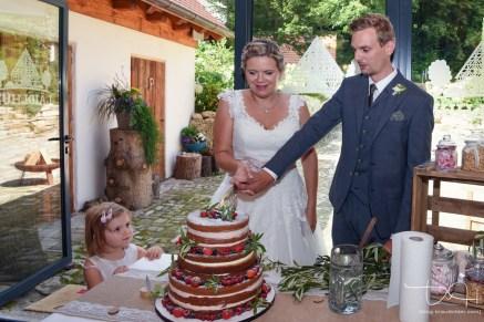 Auch das Anschneiden der Hochzeitstorte entgeht dem Hochzeits Fotografen natuerlich nicht.
