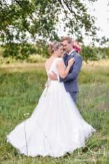 Der Hochzeitsfotograf macht klassische, zeitlose und romantische Hochzeitsbilder.