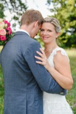Der Hochzeits Fotograf faengt das strahlen der Braut auf Bildern ein.