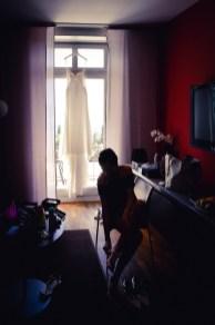 beim getting ready faengt der Hochzeitsfotograf jedem Momemt mit einem tollen Foto ein
