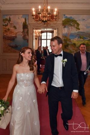 Hochzeitsfotograf macht die Bilder von Braut und Braeutigam im Zivilstandesamt Basel