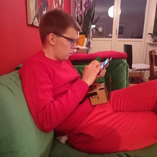Han her har vært julenisse , gått i bunad , hatt svigers på julemiddag og fått sofa i julegave. Men nå er det VR-brillene som teller