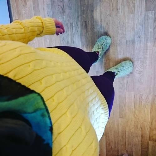Har på ordentlige klær selv om jeg har hjemmekontor #yellow #purple #lightgreen #fargerikeingeborg
