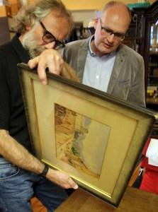 Museumsdirektor Klaus Hofmann mit Uwe Buchheim und dessen Schenkung.