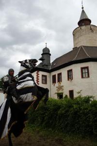 Richtige Turnierkämpfe gibt es auf Burg Posterstein jedes Jahr zu Pfingsten. Beim Mittelalterspektakel zeigen echte Reiter ihre Künste mit Lanze und Schwert. Dazu gibt es drei Tage lang Musik, Gaukeleien und Handwerk zu besichtigen.