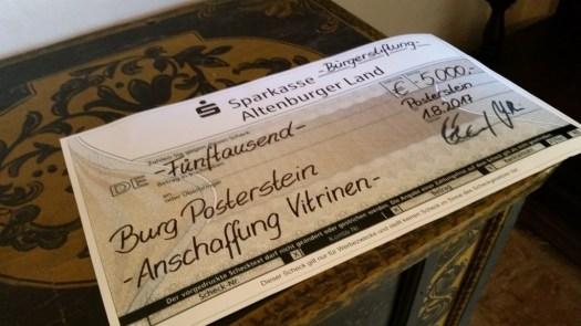 Die Bürgerstiftung Altenburger Land überreichte dem Museum Burg Posterstein einen Scheck über 5000 Euro für Ausstellungstechnik.